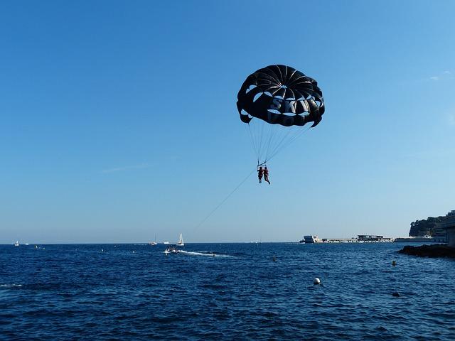 parasailing-188908_640.jpg
