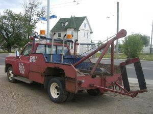 800px-1980s_style_tow_truck-300x225